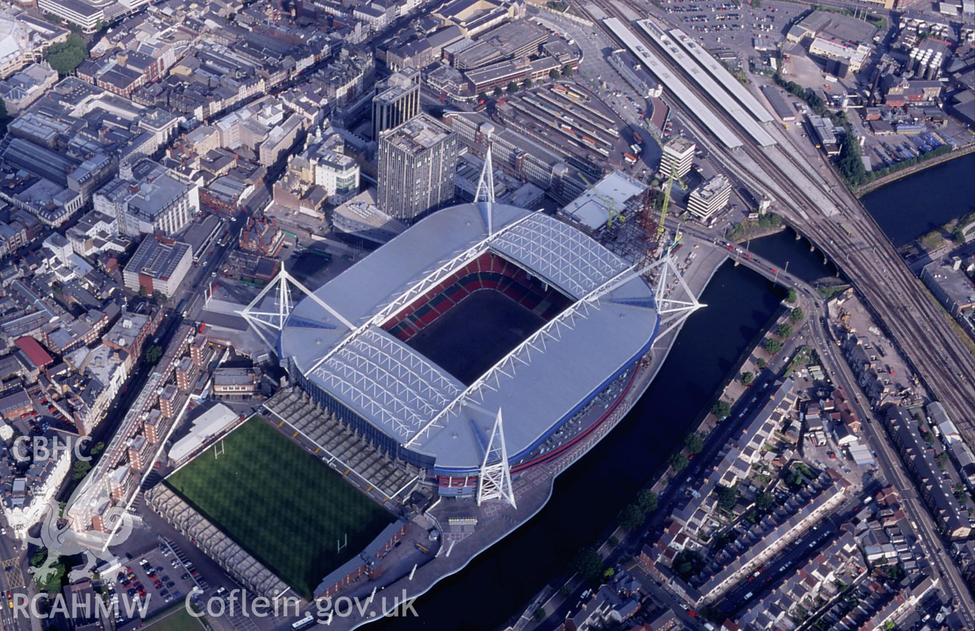 RCAHMW colour slide oblique aerial photograph of Cardiff Millennium Stadium, Castle, taken by T.G.Driver on the 18/07/2000